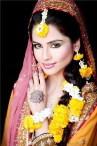 Best Hairstyles For Mehndi Bride