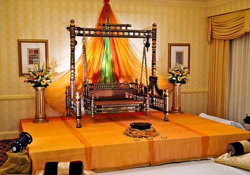 Mehndi function decoration ideas at home for Room decorating ideas in urdu